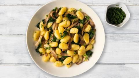 Hjemmelavet gnocchi med blåskimmelost, spinat, champignoner og pinjekerner