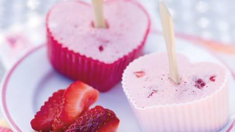 Små islagkager med jordbær og kærnemælk