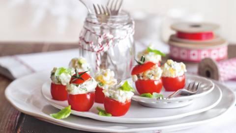 Mini tomater med karamelliserede løg og gedeflødeost