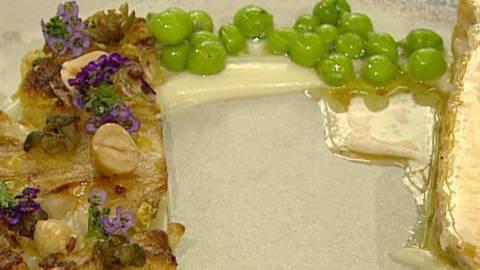Kyllingebryst med blomkål, ærter og ristede hasselnødder