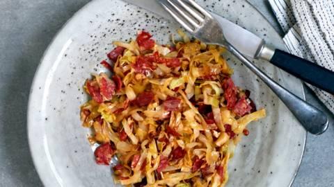 Varm hvidkålssalat med chorizo og hvidløg