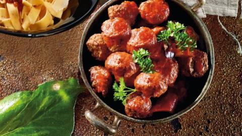 Spanske kødboller med tomatsauce og pasta