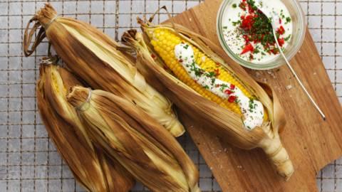 Grillede majs med chilicreme