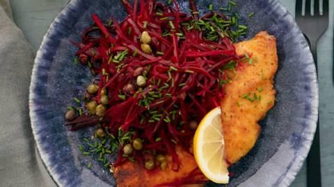 Sprød fisk med citrusmarinerede rødbeder