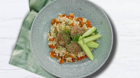 Afrikanskinspirerede kødboller med dild og perlebygsalat