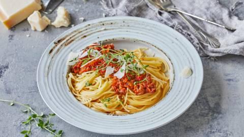 Spaghetti med kødsauce med overraskende mange grøntsager