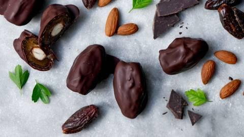 Daddelmandler med chokolade