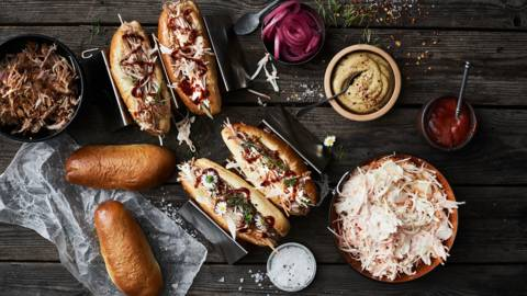 Hotdogs med pulled pork og coleslaw