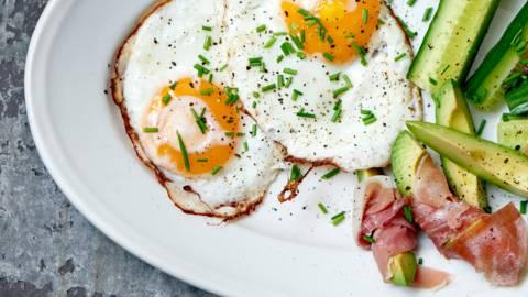 Morgenmad med æg, avokado og kalkunpålæg