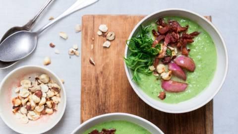 Grøn suppe med ærter og sprød bacon