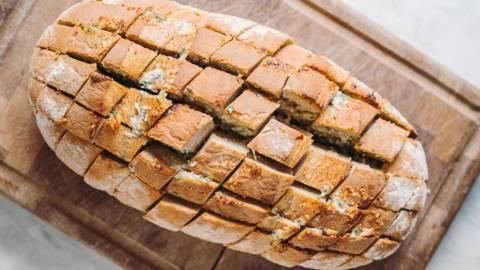 Pull apart hvidløgsbrød med parmesan