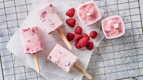"""Må-godt"" yoghurt-is med hindbær"