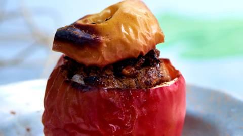 Bagte æbler med marcipan og kanel