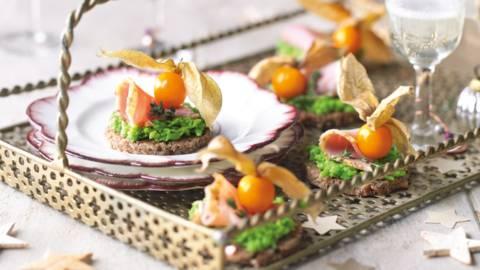 Brød med ærtecreme og skinke