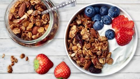 Skyr med hjemmelavet granola, frugt og honning