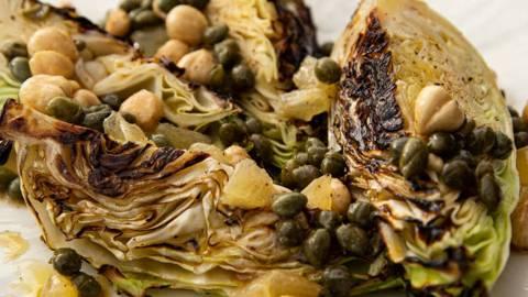 Grillet spidskål med brunet smør og hasselnødder