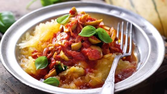 Græskarspaghetti med tomat- og olivensauce