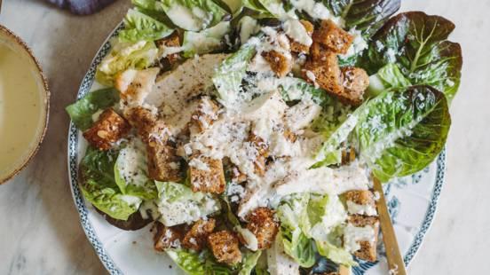 Cæsarsalat med kylling og hjemmelavede croutoner