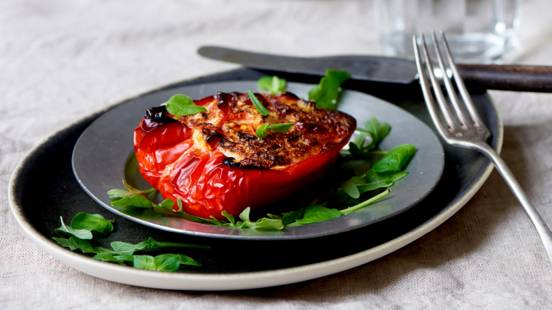 Bagte peberfrugter med røget mørbrad