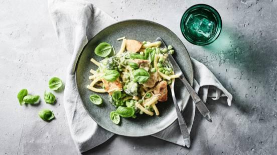Cremet kylling med pasta og grønt