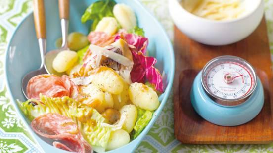 Lun italiensk salat med gnocchi