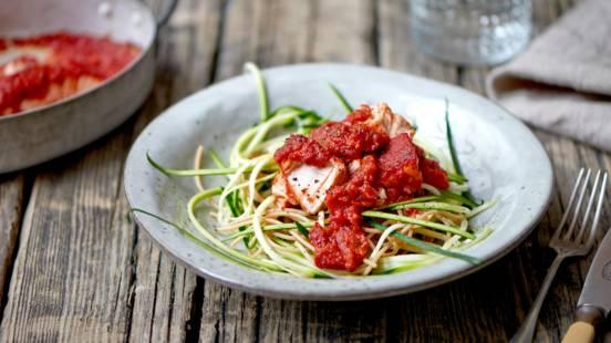Laks i tomat med pasta