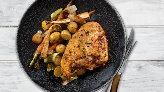 Kyllingebryst med ovnkartofler, gulerødder og jordskokker samt timiansmør