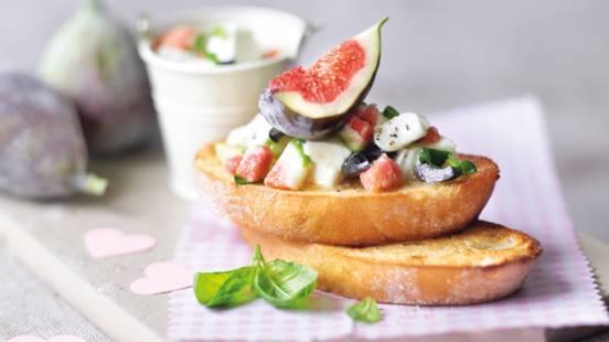 Bruschetta med oliven, mozzarella og figner