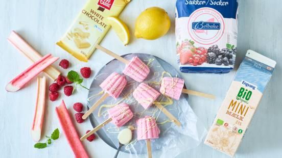 Hindbærrabarber-ispinde med hvid chokolade