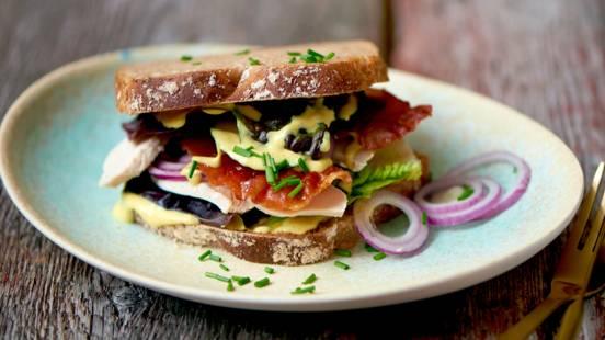 Frokostsandwich med kylling og parmaskinke