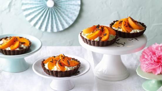 Mini chokoladetærter med myntecreme og abrikoser