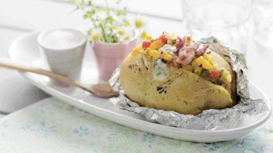 Bagte kartofler med aubergine, peberfrugt og blåskimmelost