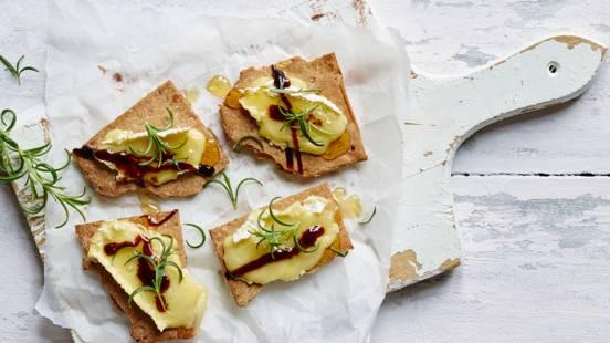 Camembert med honning, balsamico og rosmarin