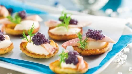 Små pandekager med foreller og peberrodscreme