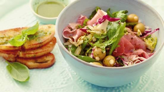 Bladsalat med oliven, basilikumolie og ristet brød
