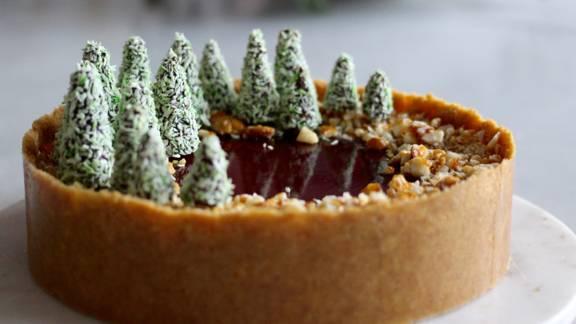 Julecheesecake med cremet vanilje, sød kirsebær og sprøde mandler