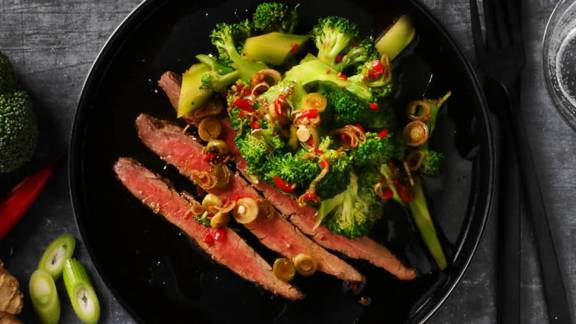Asiatisk broccolisalat med flankesteak