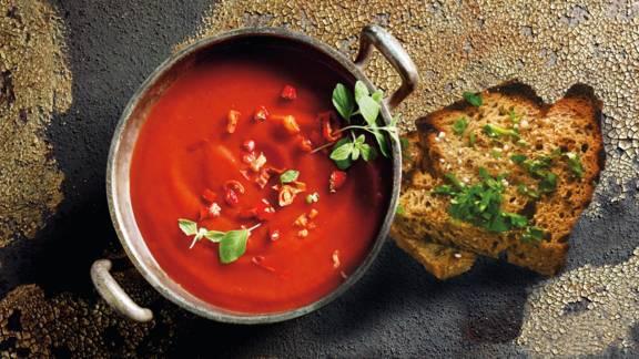 Kold tomatsuppe med hvidløgsbrød
