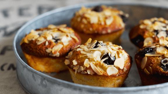 Mandel- og kokosmuffins med banan, blåbær og honning