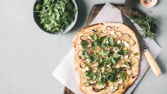 Hvid pizza med kartoffel, rosmarin og rødløg