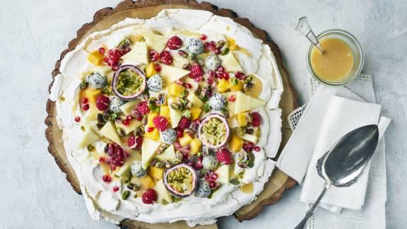 Pavlova med karamelsauce og eksotiske frugter