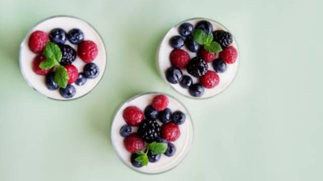 Hvid chokoladecreme med friske bær