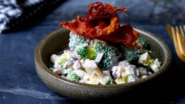 Broccolisalat med skyr, æbler og rødløg