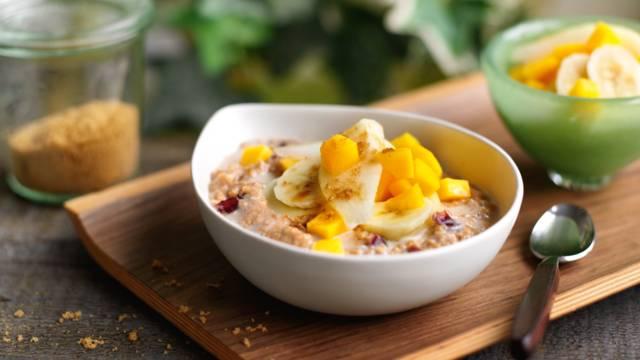 Chai-havregrød med tranebær og friske frugter