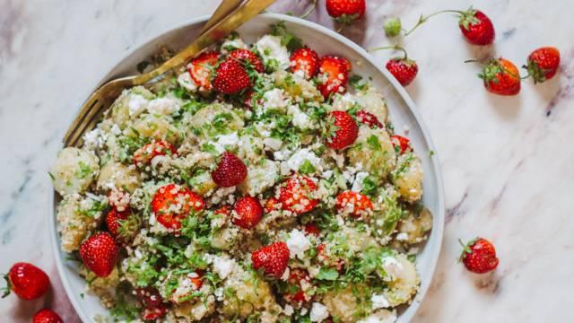 Kartoffelsalat med jordbær og quinoa