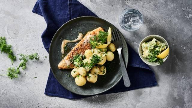 Opskrift på stegt fisk med nye kartofler og kryddersmør fra Lidl