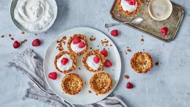 Granolatærter med yoghurt og hindbær