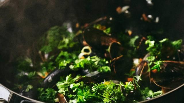 Sådan tilbereder du dampede blåmuslinger