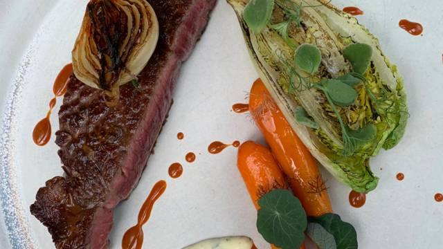 Grillet ribeye med glaserede gulerødder og karamelliserede løg