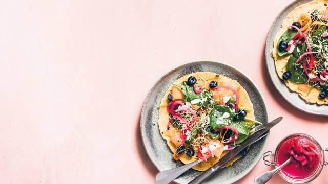 Kikærtepandekager med regnbuesalat og fetadressing